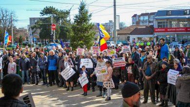 Photo of GALERIE FOTO: Protest împotriva vaccinării obligatorii, în fața Prefecturii Buzău